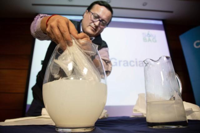 L'ingénieur Christian Olivares fait une démonstration de son... (PHOTO AFP)