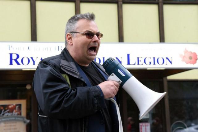Kevin Johnston lors d'une manifestation à Mississauga... (PHOTO ROB BEINTEMA, METROLAND, TIRÉE DU COMPTE TWITTER @NCCM)