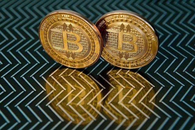 Le cours du bitcoin, première et principale cryptomonnaie, évoluait lundi... (PHOTO KAREN BLEIER, ARCHIVES AGENCE FRANCE-PRESSE)