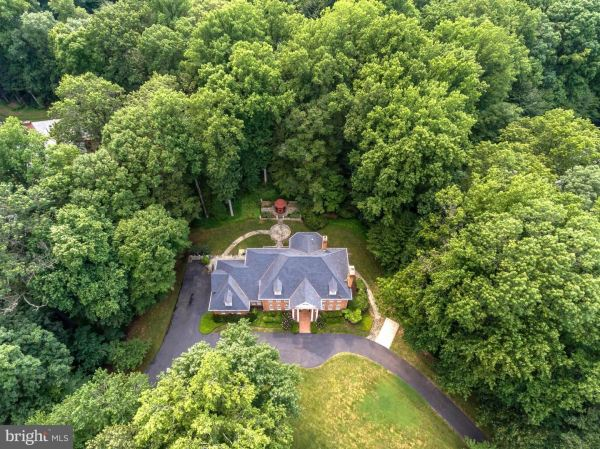 Photo of 190 FALCON RIDGE RD, GREAT FALLS, VA 22066 (MLS # VAFX1138022)