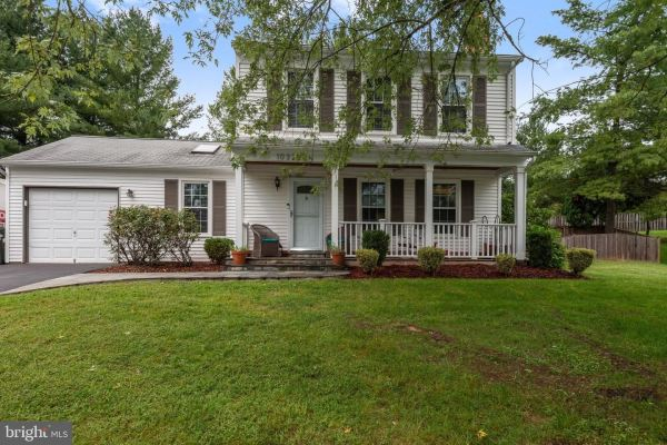 Photo of 10325 YORKTOWN CT, GREAT FALLS, VA 22066 (MLS # VALO421136)