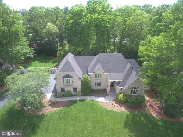 Photo of 10003 ROBINDALE CT, GREAT FALLS, VA 22066 (MLS # VAFX1124168)