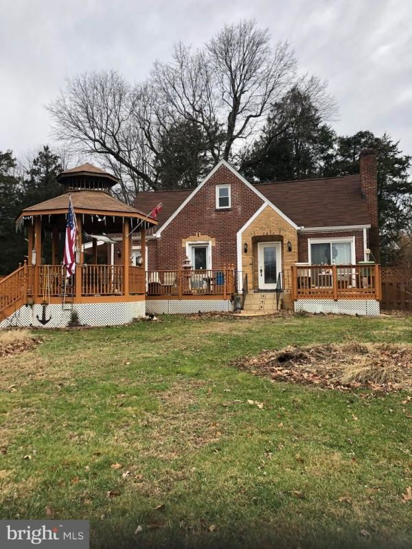 Photo of 702 WALKER RD, GREAT FALLS, VA 22066 (MLS # VAFX1103292)