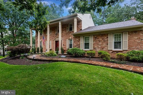 Photo of 915 HOLLY CREEK DR, GREAT FALLS, VA 22066 (MLS # VAFX1150330)