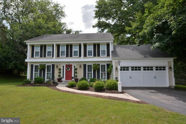 Photo of 1002 RIVA RIDGE DR, GREAT FALLS, VA 22066 (MLS # VAFX1091352)