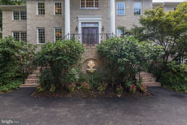 Photo of 752 BOEHMS CT, GREAT FALLS, VA 22066 (MLS # VAFX1151818)