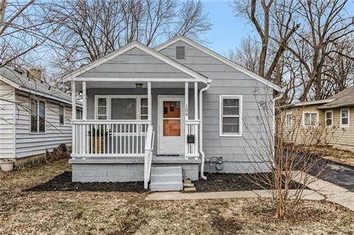 Photo of 106 W 78th Street, Kansas City, MO 64114 (MLS # 2306844)