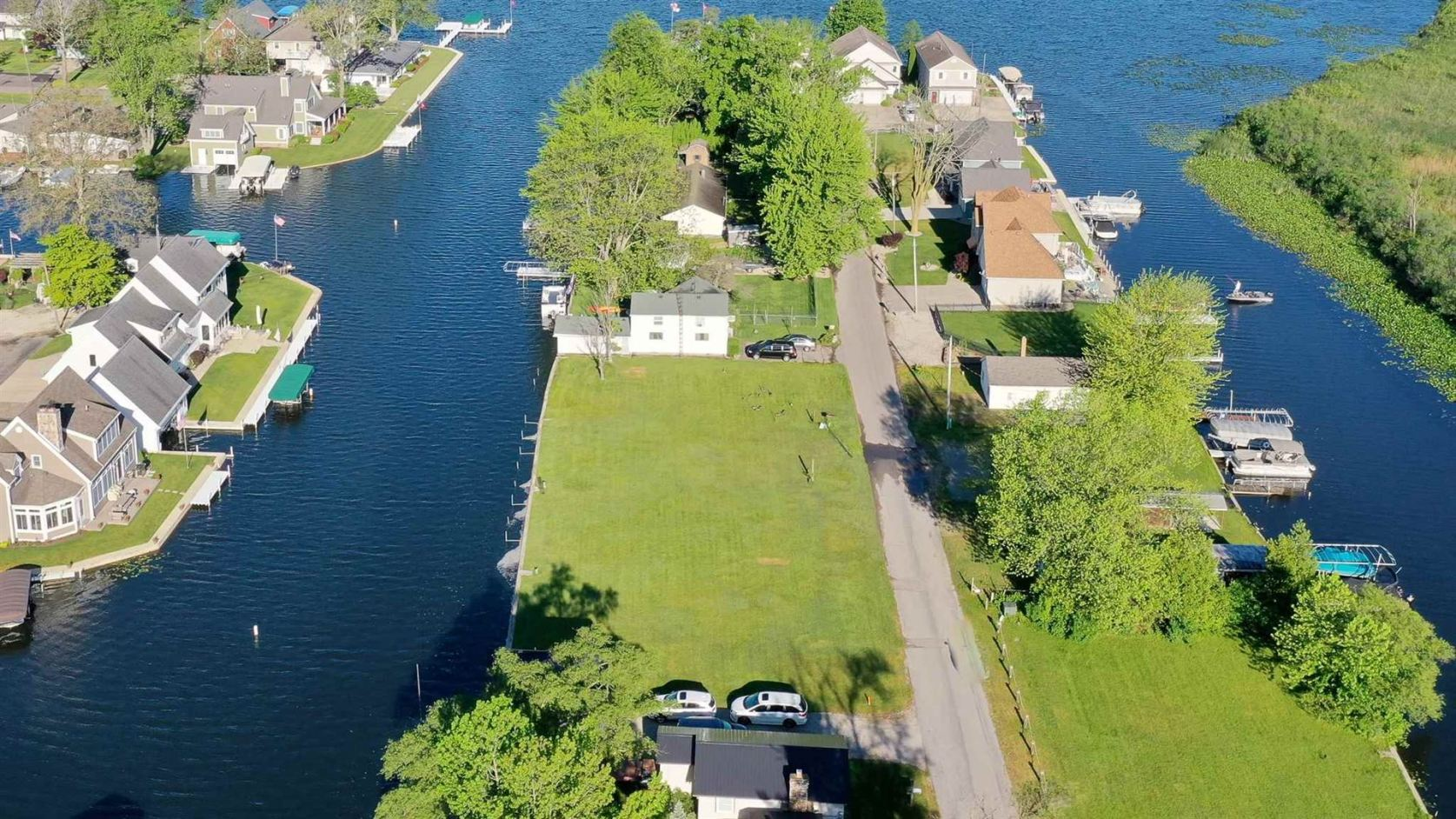 Photo of 8635 E Smith Drive, Syracuse, IN 46567 (MLS # 202021100)
