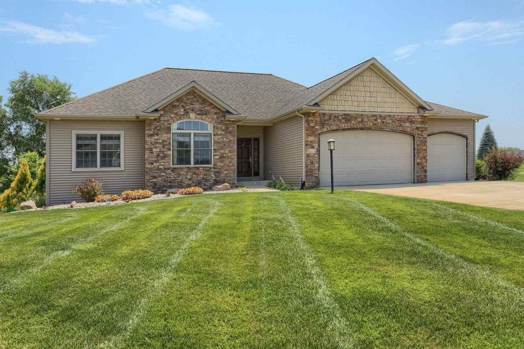 Photo of 1198 N Shaleview Court, Warsaw, IN 46582 (MLS # 202026266)