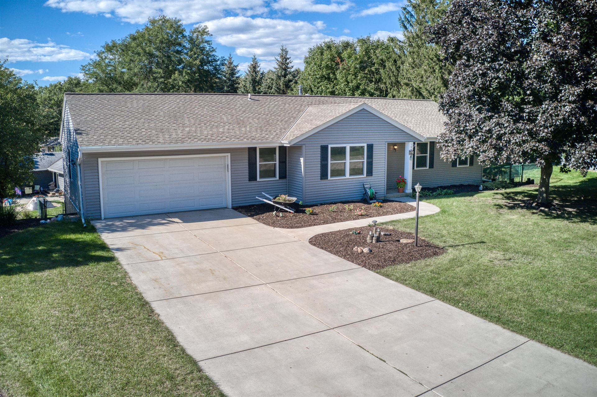Photo for 689 Cardiff Dr, Hartland, WI 53029 (MLS # 1763762)