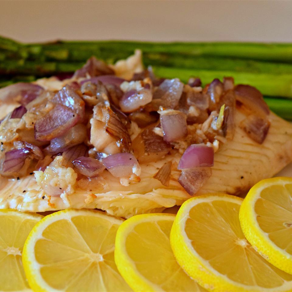 Tilápia Pan-Grelhada com Receita de Limão e Cebola Vermelha