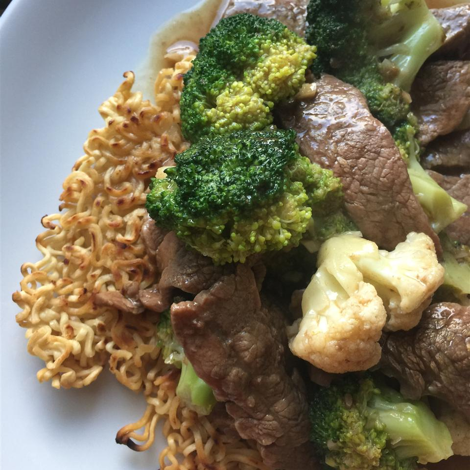 Carne frita e brócolis com receita de bolo de macarrão ramen crocante
