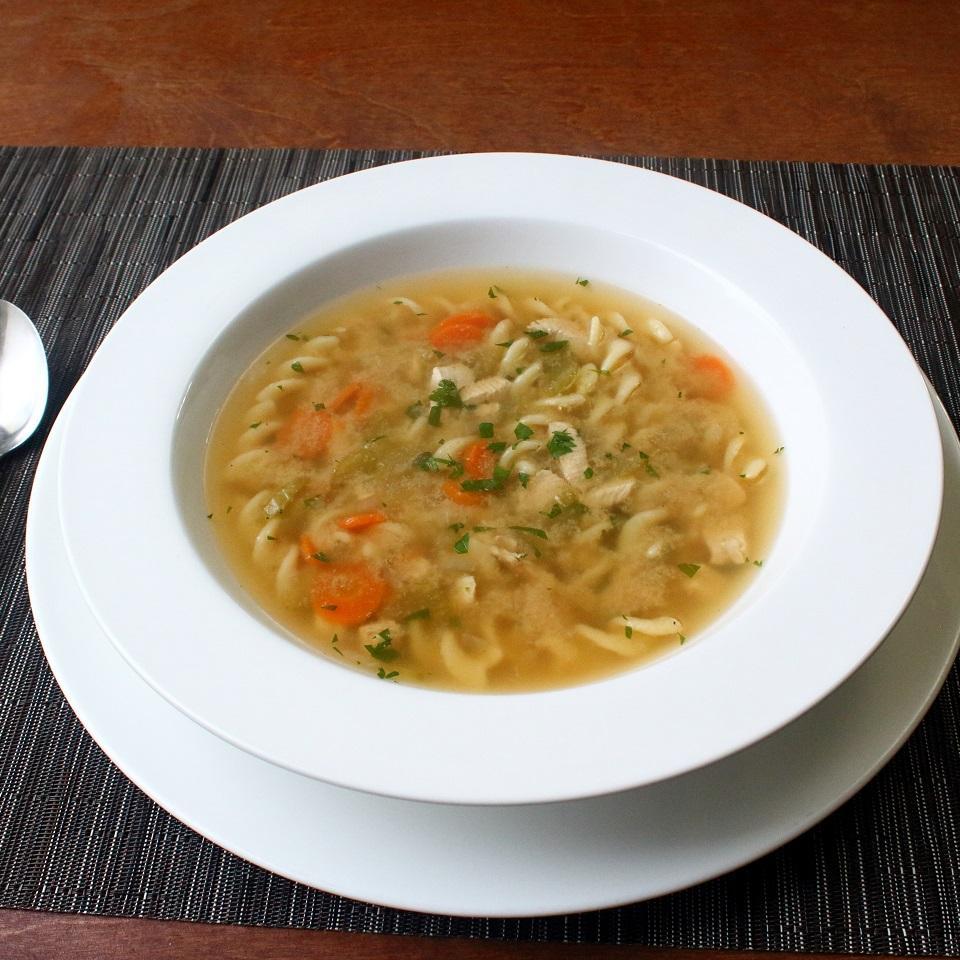 Receita de sopa de macarrão de frango de um passo