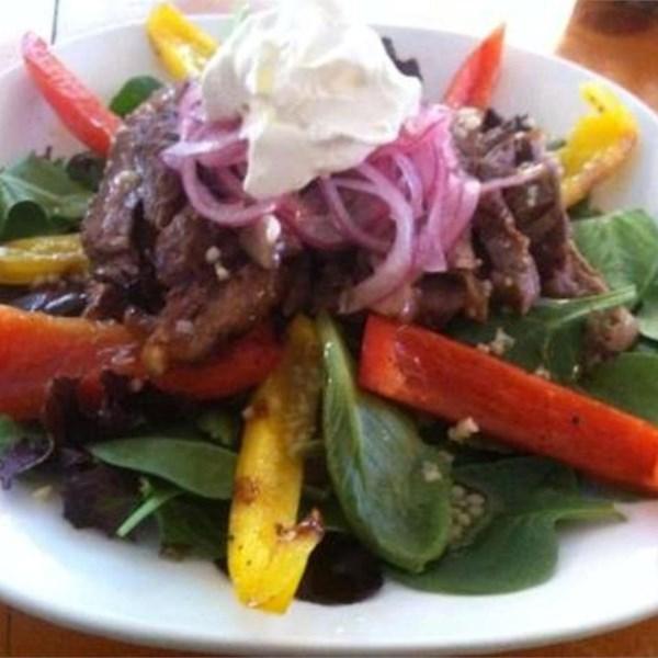 Salada de bife fajita grelhado com receita de cebola rosa em conserva