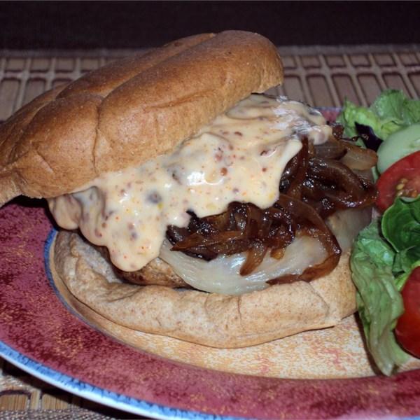 Kickin' Turkey Burger com cebola caramelizada e receita de maionese doce picante