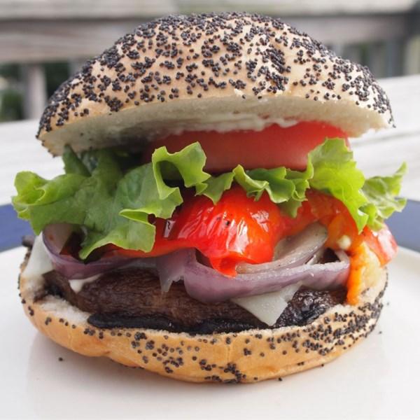 Sanduíche de Portobello Grelhado com Pimenta Vermelha Assada e Receita de Mussarela