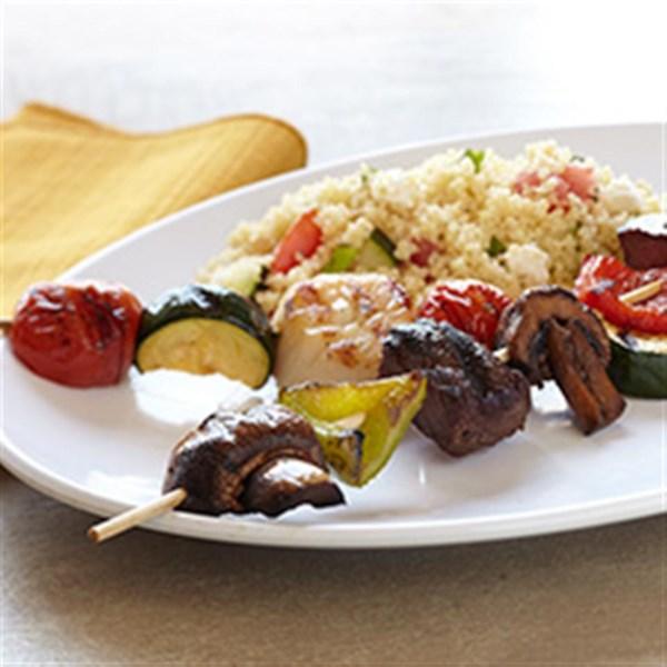 Bison Kabobs com Receita de Salada de Cuscuz Mediterrâneo