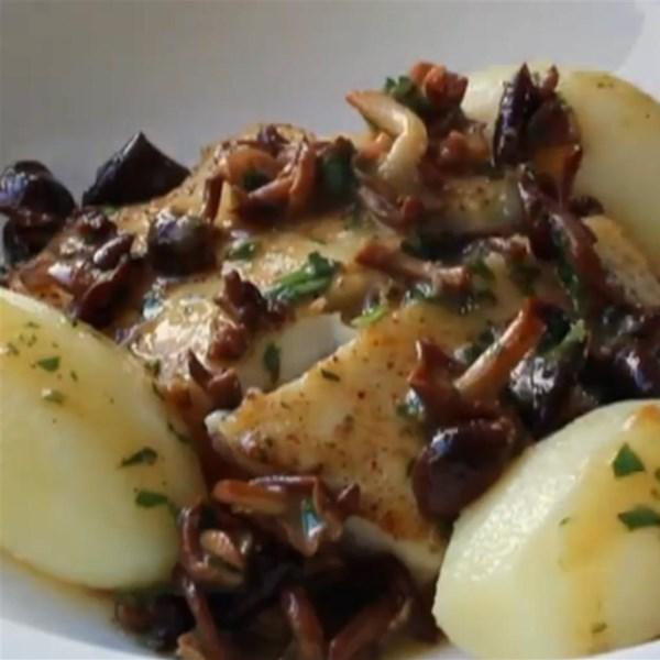 Halibut pan-assado com cogumelos de concha e receita de molho de manteiga de limão