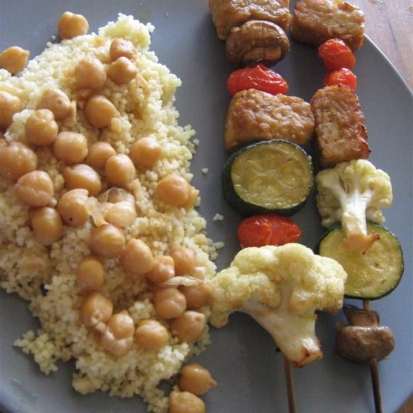 Tempeh Kabobs com Receita marroquina de cuscuz