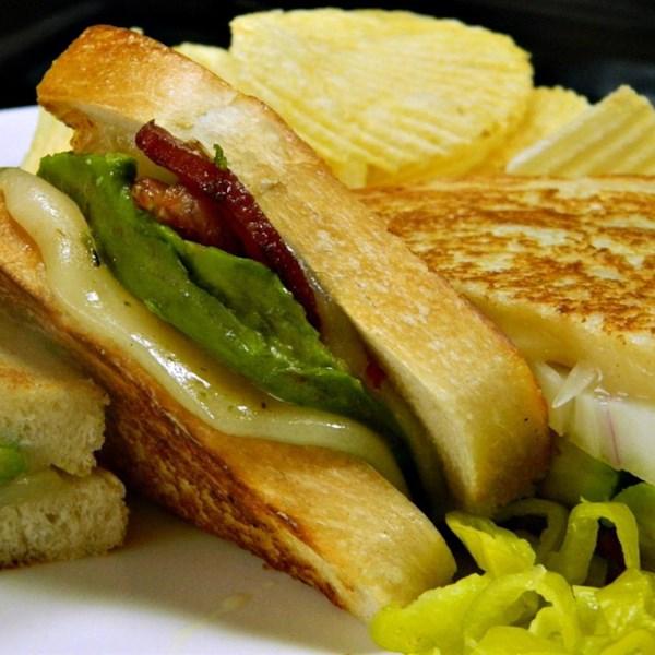 Receita de Sanduíche de Queijo Grelhado de Bacon, Abacate e Pepperjack