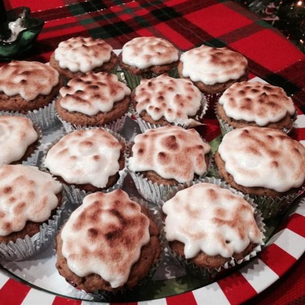 Cupcakes de batata doce com receita de cobertura de marshmallow torrada