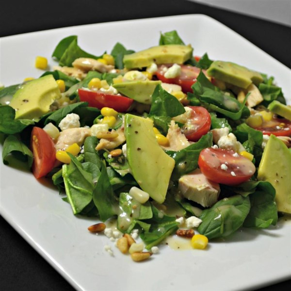Salada de espinafre com frango, abacate e receita de queijo de cabra