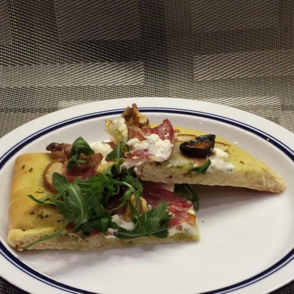 Queijo de Cabra, Pera e Pizza de Bacon com Receita de Molho pesto