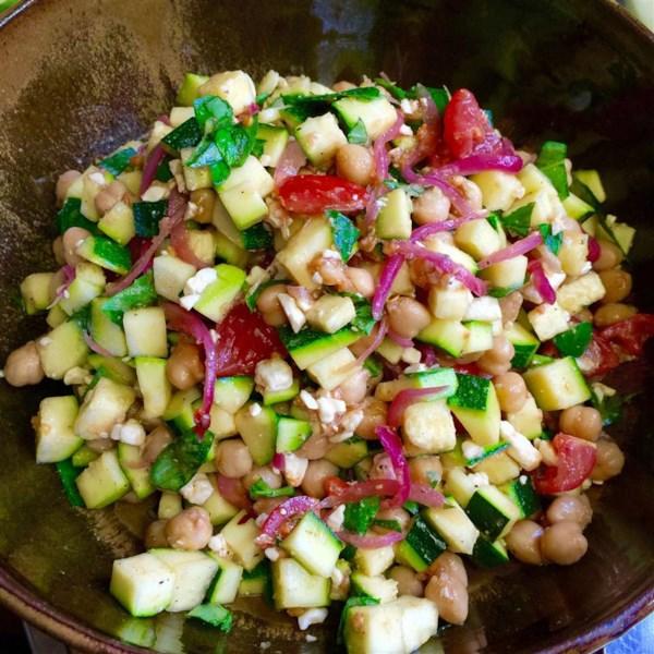 Receita de Salada de Abobrinha e Grão-de-Bico mediterrâneo