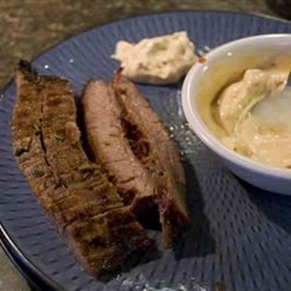 Bife de flanco de churrasco fácil com receita de maionese de chipotle