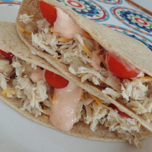 Tacos de frango de panela lenta com receita de molho de creme chipotle