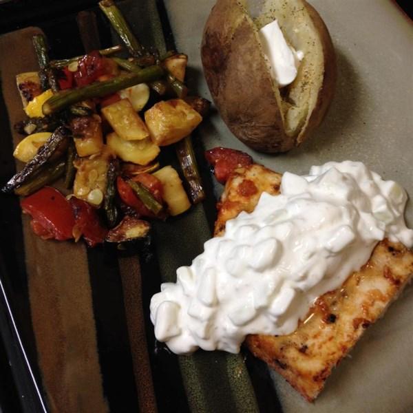 Bifes de peixe-espada grelhados com receita de molho de pepino