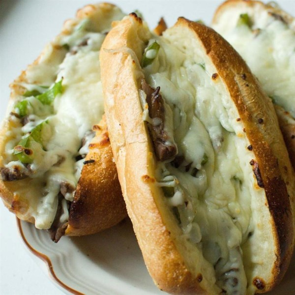 Sanduíche de cheesesteak philly com receita de maionese de alho