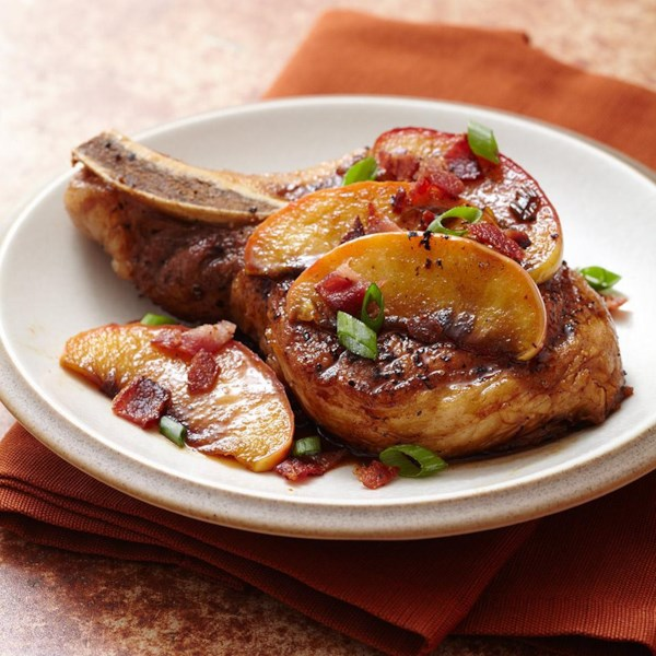 Costeletas de porco pan seared cobertas com açúcar mascavo maçãs envidraçadas e receita de bacon