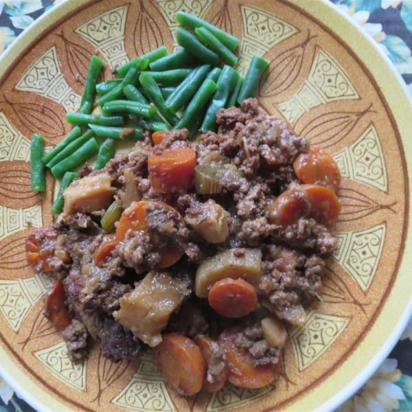 Guisado de carne de panela lenta com receita de parsnip