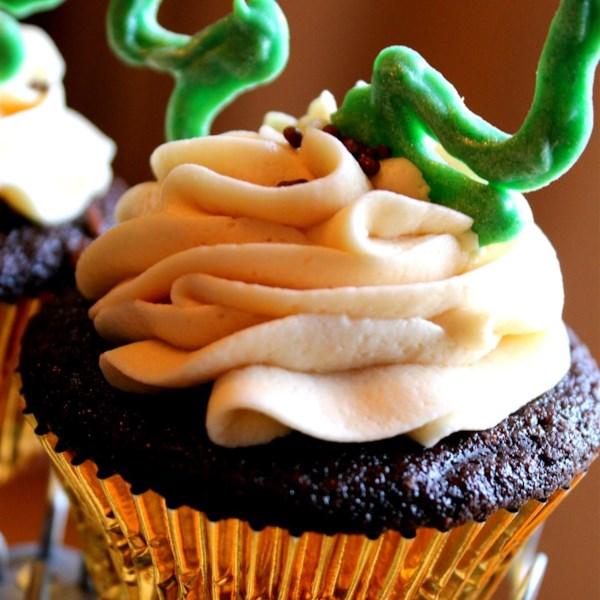 Cupcakes de cerveja de chocolate com recheio de uísque e receita de sorvete irlandês