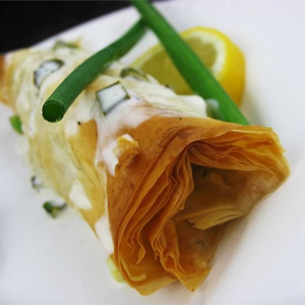 Filés de halibut embrulhados com receita de molho de cebolinha de limão