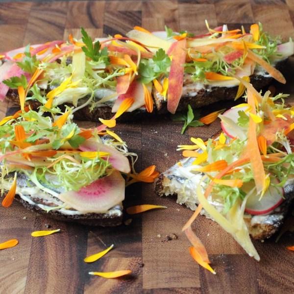 Tartine vegetal da primavera com receita de anchovas brancas
