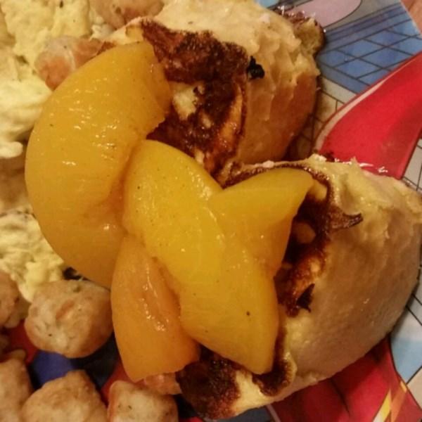 Mascarpone recheado francês torrada com receita de pêssegos