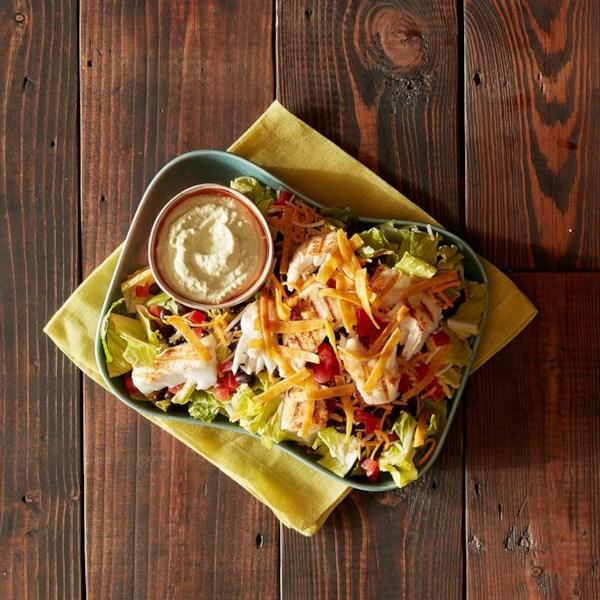 Salada de taco de peixe grelhado com receita de molho de abacate