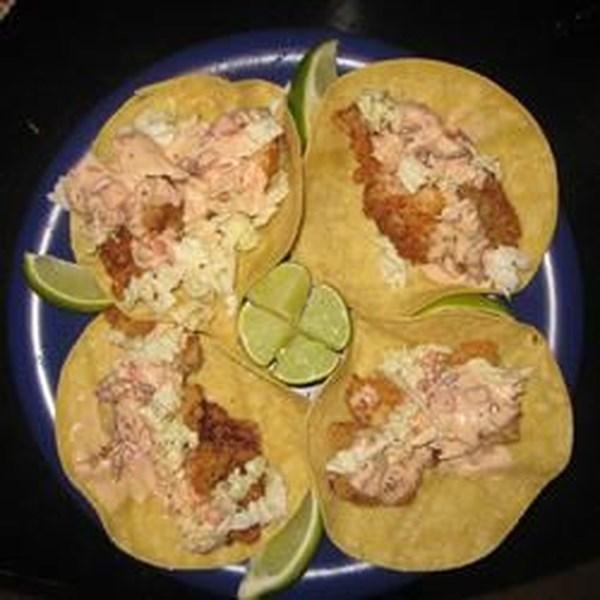 Tacos de peixe frito com receita de salsa chipotle-limão