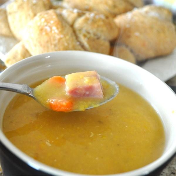 Sopa de ervilha dividida com receita de alecrim