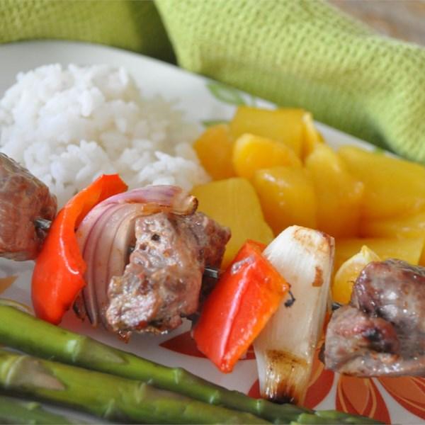 Kabobs de carne de laranja com receita de frutas grelhadas