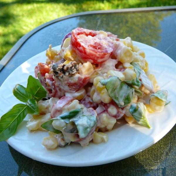 Salada cremosa de tomate cereja com receita de manjericão fresco, milho e cebola