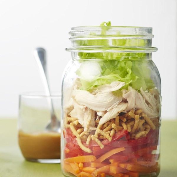 Salada de frango asiática em uma receita de jarra