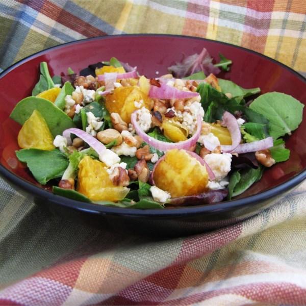 Laranja, Nozes, Gorgonzola e Salada de Verduras Mistas com Receita de Vinagrete Cítrico Fresco