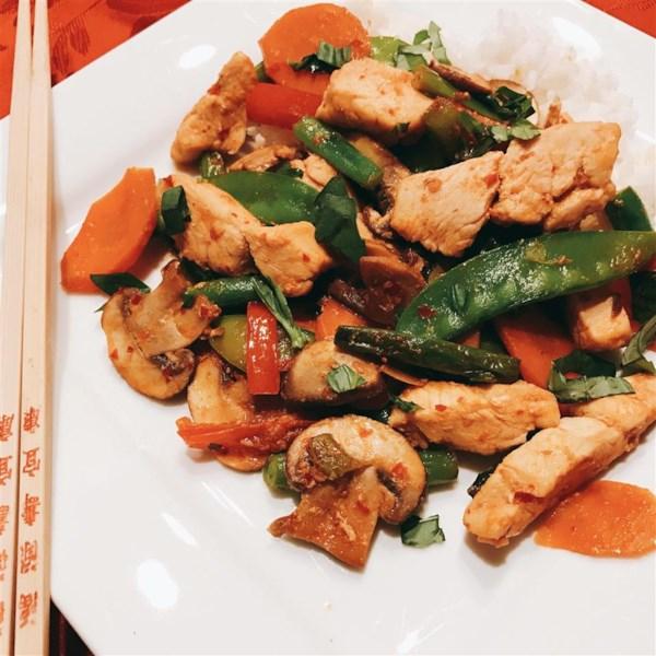 Receita de Frango com Manjericão Tailandês Apimentado e Legumes