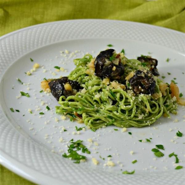 Escargot e Pollock sobre receita de macarrão de espinafre