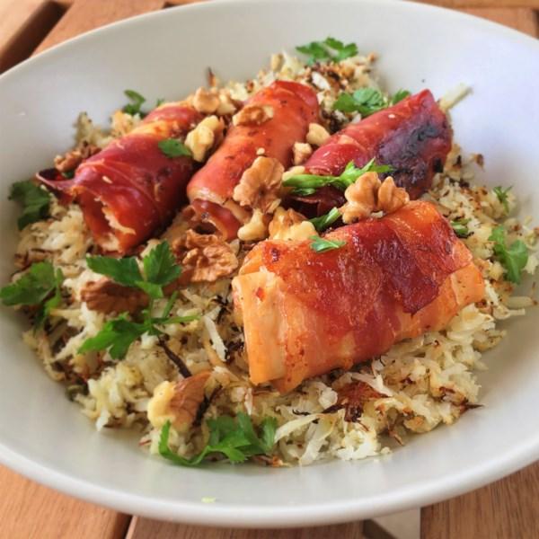Arroz de couve-flor herby com nozes e receita de frango embrulhado com bacon cristalizado