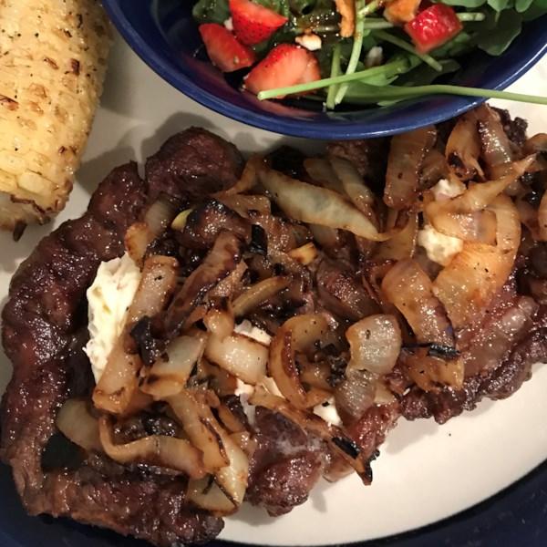 Ribeye pan-assado com cebola caramelizada e receita de manteiga de trufa branca