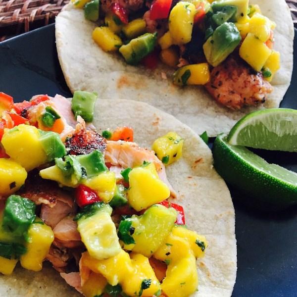 Tacos de salmão enegreado com receita de salsa de abacate de manga volumosa